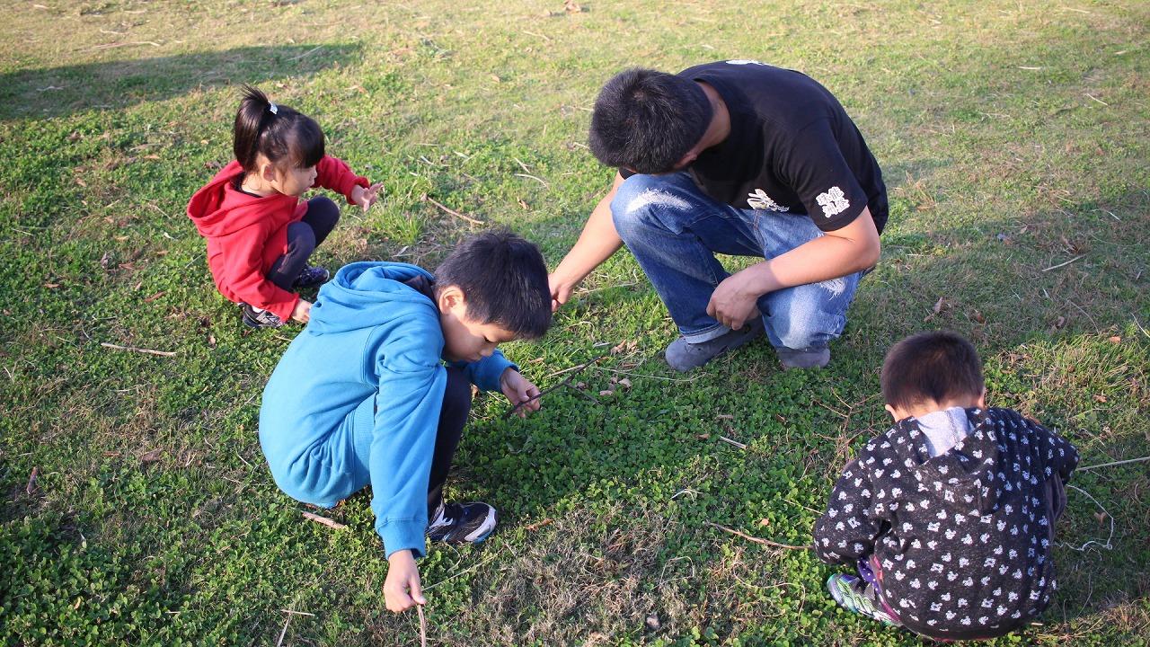 禄剛崎で一緒に四葉のクローバーを探してくれる子供たちに出会う